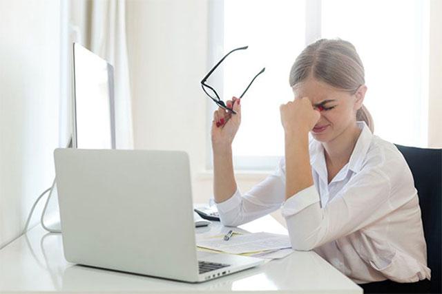 Làm việc với máy tính quá lâu làm thị lực bị suy giảm